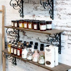 Wooden shelf w. shelfbracket
