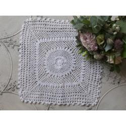 Biała serweta haftowana kwadratowa (S16)